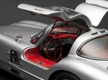 Коллекционная модель автомобиля СMC Mercedes-Benz 300 SLR Uhlenhaut Coupe 1955 1/18 Silver-фото 4