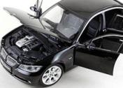 Коллекционный автомобиль BMW 330i, выполненный в масштабе 1:18-фото 1