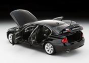 Коллекционный автомобиль BMW 330i, выполненный в масштабе 1:18-фото 2